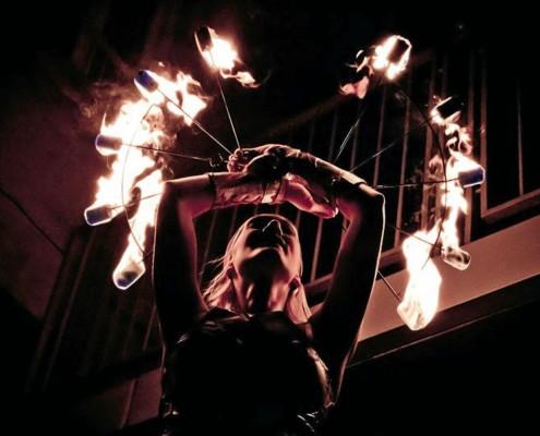 Gunilla danst met vuurwaaiers in vuurshow Hypnotica