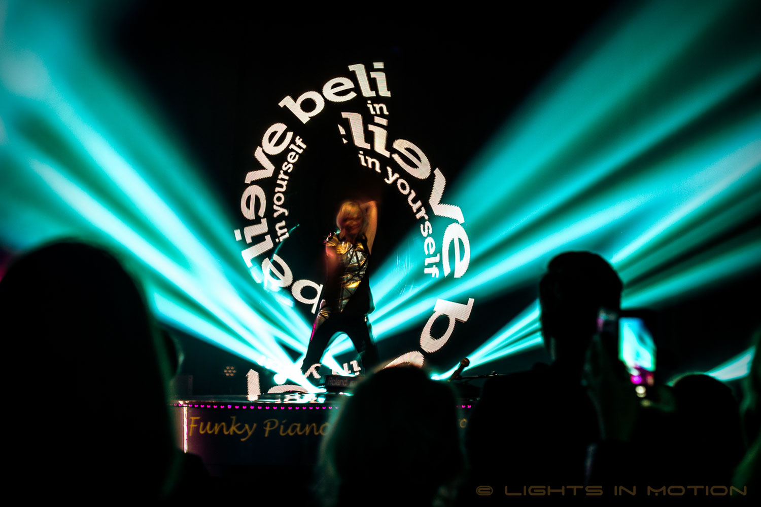 LEDshow met Visual Poi en de tekst believe in yourself-LightsinMotion Alkmaar