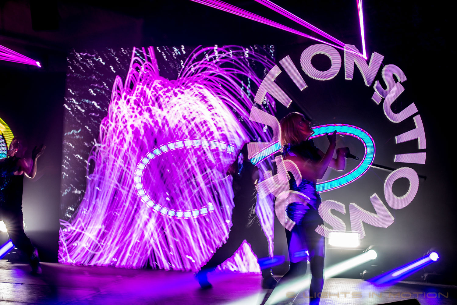 LED show Reflections met Visual Poi, LED Poi en LED scherm in de kleur paars