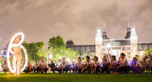 Vuurshow en LED act tijdens de Silent Night Run op het Museumplein in Amsterdam