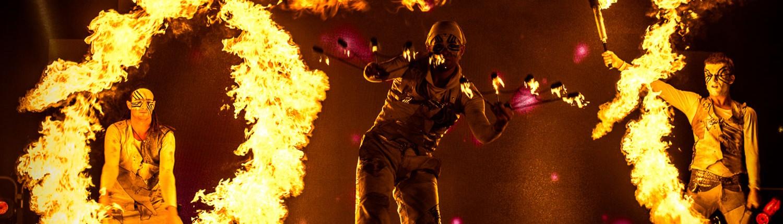 Vuurshow met vuurwaaiers, lycopodium fakkels en vlammenwerpers.
